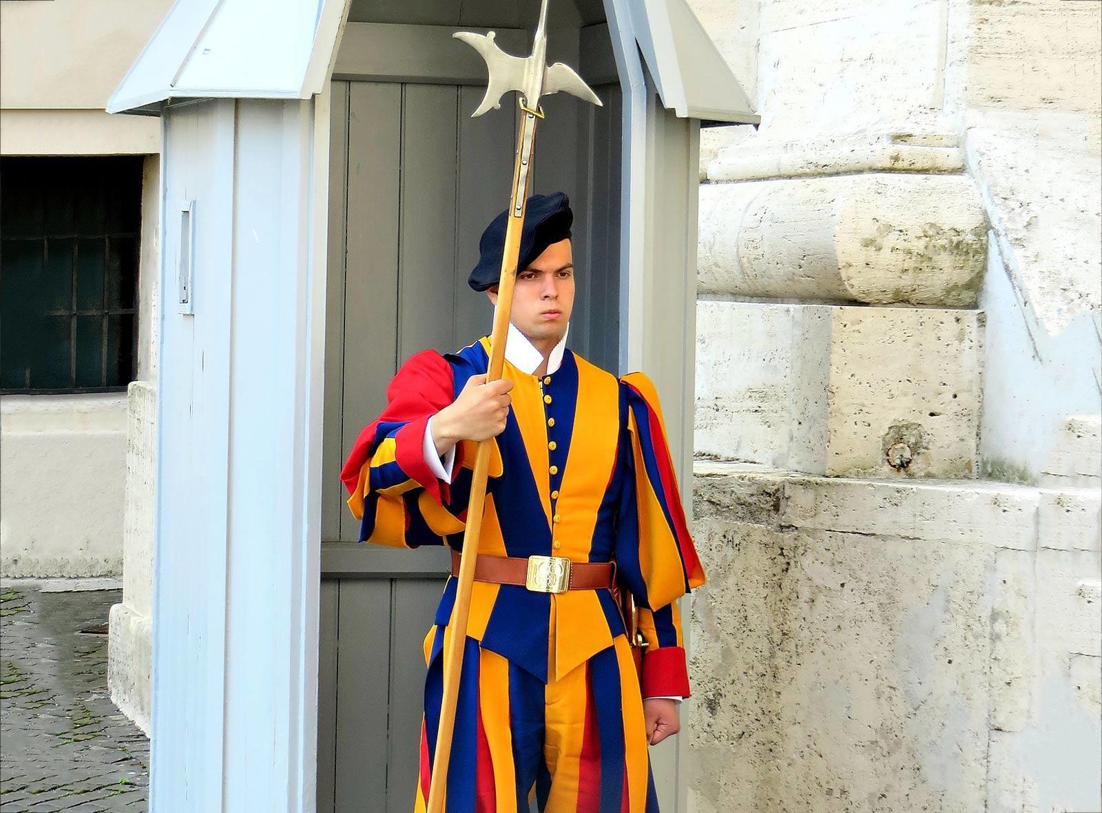 Schweizergardist in traditioneller Uniform